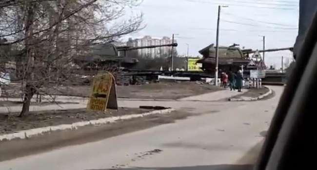 «Ого сколько танков!!! Будет нападение?»: РФ готовится к большой войне. В Крым едет огромное количество военной техники