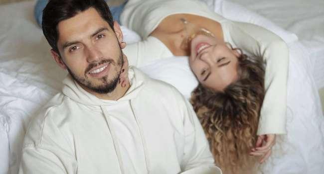 «Благодарен Богу за каждый день рядом с тобой»: Никита Добрынин поделился смелым кадром, где позировал с беременной полуголой женой