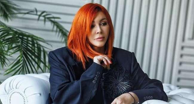 «Страшно модная», «Полнейший эпатаж»: Ирина Билык шокировала своим появлением на людях, примерив красную шубу и кроссовки на экстремально высокой подошве