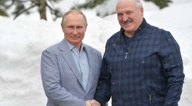 «Из сотни человек могут приболеть два – три»: Лукашенко расхвалил российский «Спутник V»