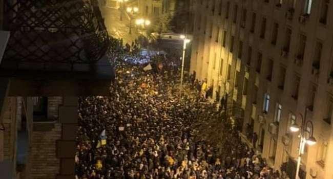 Нусс: сегодняшние события изрядно напугали Зеленского, поэтому тот экстренно собирает силовиков, чтобы решить, как «погасить» протест