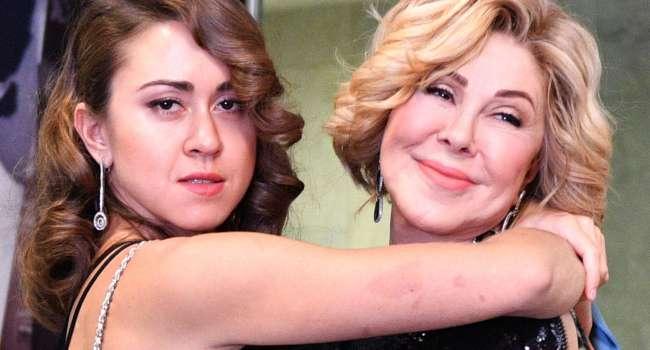 «Разврат», «Пошло», «Ужас какой», «Я хочу блевать, увидев это фото»: дочь Успенской опубликовала фото, на котором она страстно целуется с ней