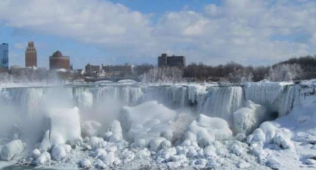 Такое происходит очень редко: Ниагарский водопад полностью заледенел из-за аномальных морозов