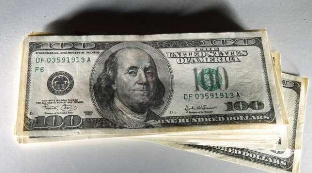 На межбанке торги начались с несущественного снижения курса доллара