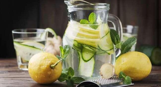 Снимает воспалительные процессы и заживляет раны: медики рассказали об уникальных свойствах воды с лимоном
