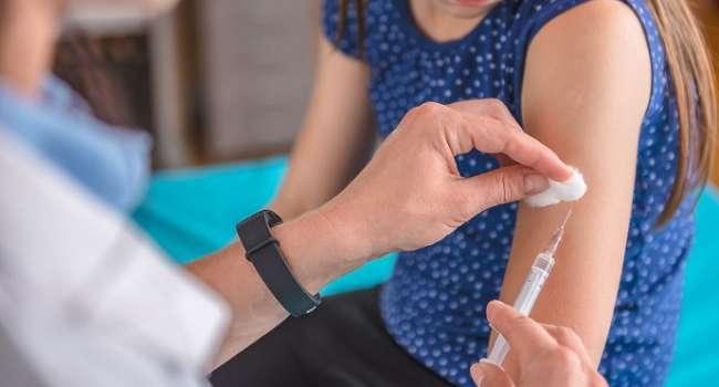 Политолог: власть провалила все обещания с начала вакцинации в Украине
