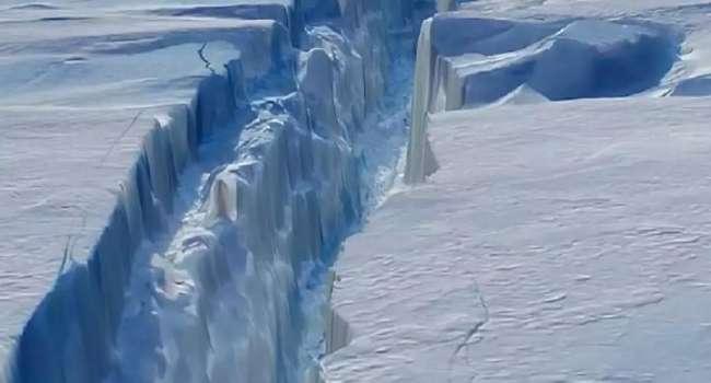 «Может сесть на мель»: от Антарктиды откололся гигантский айсберг