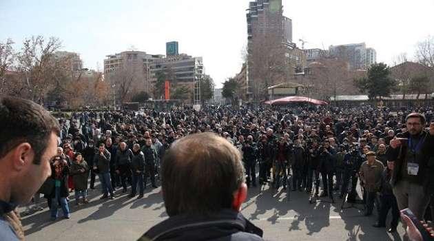 Противники Пашиняна вышли на протест в Ереване и ворвались в здание правительства