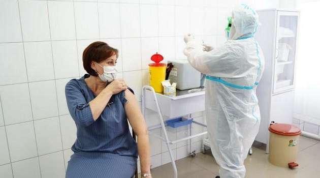 За выходные в Украине от COVID-19 вакцинировали аж 90 человек