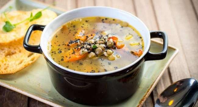 И для вегетарианцев, и для мясоедов: доктор назвала самый полезный суп