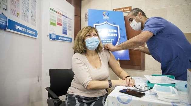 Израиль начал вакцинировать от коронавируса жителей палестины