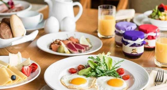 «Метаболизм уже не запустится»: диетолог рассказала о вреде позднего завтрака