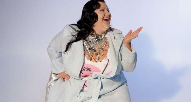 «А где пупок?» « Что ты творишь?» «Жесть, зачем такое выставлять?»: Алена Алена повторила фото Майли Сайрус, снявшись топлес и прикрывая грудь грейпфрутом