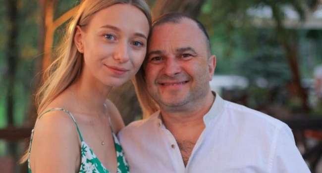 Молодая супруга Виктора Павлика показала на камеру, как он раздевается