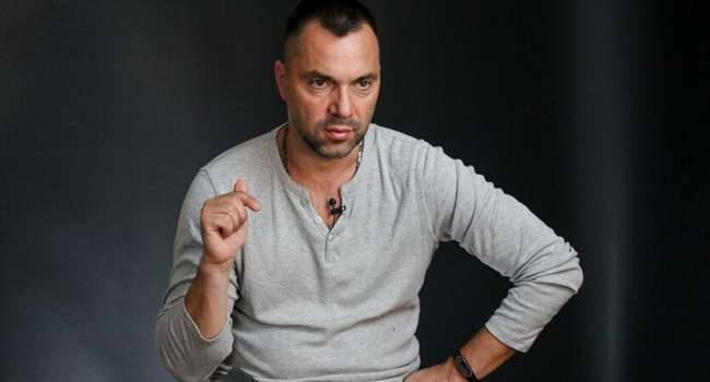 Политтехнолог: вот теперь и думаю – уволят Арестовича со спикера ТКГ или нет? Ведь теперь Зеленский занимает противоположную позицию
