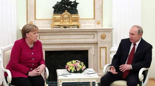 Меркель сегодня опять призывала Путина сократить присутствие войск у границы с Украиной
