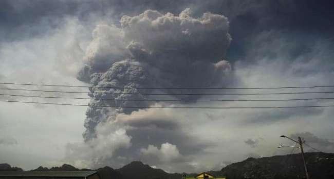 На Карибских островах началось извержение древнего вулкана