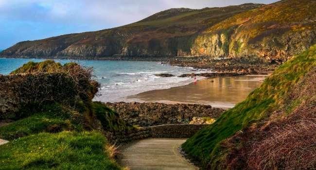 Ходила за моллюсками: жительница Великобритании обнаружила гигантский след динозавра на побережье