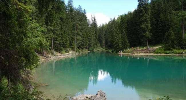 На севере России обнаружено странное озеро с кислотной зелёной водой