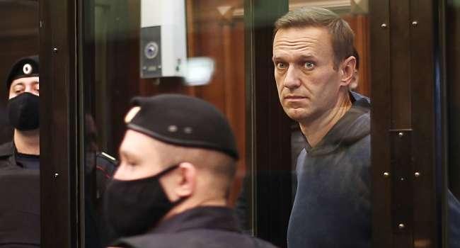 «Они боятся, что выяснится, что происходящая потеря чувствительности конечностей может быть связана с отравлением»: Навальный сообщил, что его пытаются силой кормить в тюрьме