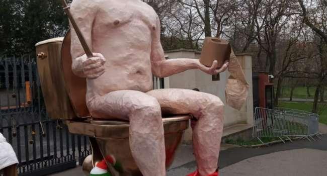 «Голый Путин» на золотом унитазе с ершиком в руках, туалетной бумагой и баллончиком «Новичка»: у посольства РФ в Чехии появилась необычная статуя