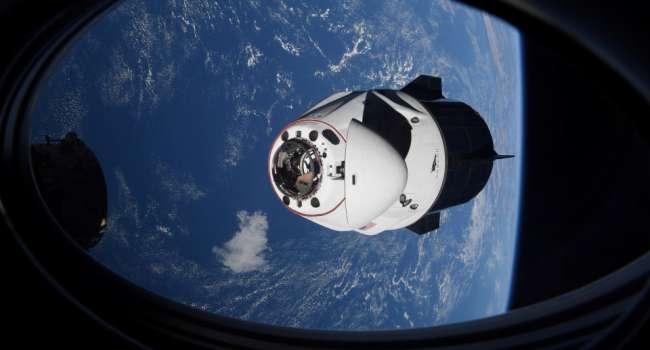 Американский корабль Crew Dragon после отстыковки от МКС направился к Земле