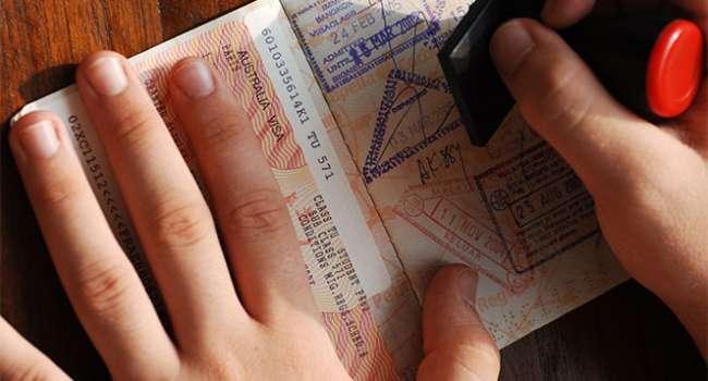 Журналист: россиянам скоро придется ожидать больших проблем с получением виз в Европу