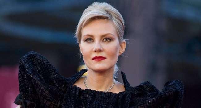 «Я честно смотрела в глаза», «Руки на стол»: Рената Литвинова позировала без нижнего белья, выставив напоказ обвислую грудь