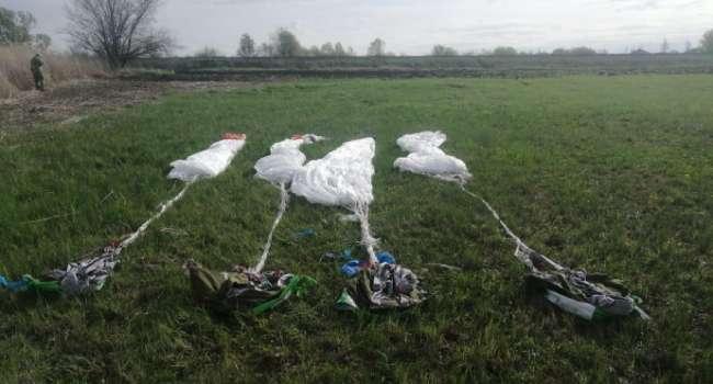 Пограничники нашли 4 сумки с парашютами у границы России