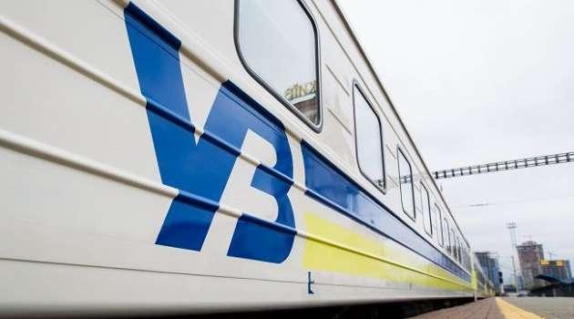 «Укрзализныця» угодила в очередной скандал: пассажирам из-за дырявого потолка пришлось ехать в вагоне  с ведрами