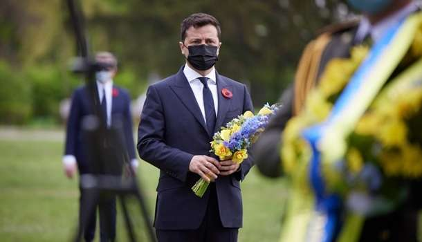 «Мы кланяемся перед всеми, кто защищал родную украинскую землю»: Зеленский записал обращение в честь Дня памяти