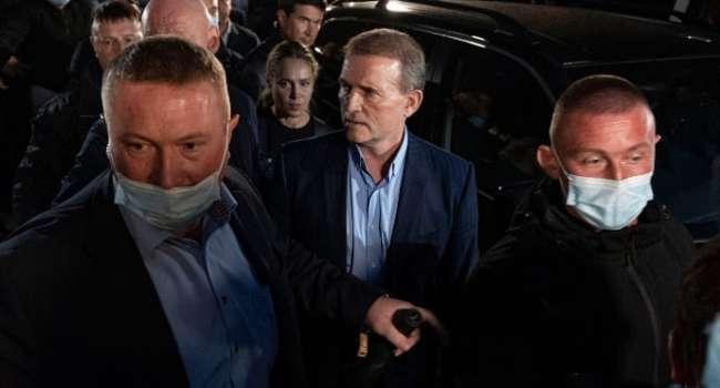 Под возгласы «Медведчук – путинская кур*а» - лидер «ОПЗЖ» вышел из здания Печерского суда и отправился под домашний арест