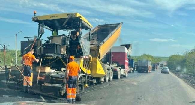 «Привет крепким хозяйственникам»: на Донбассе ударными темпами ремонтируют дороги