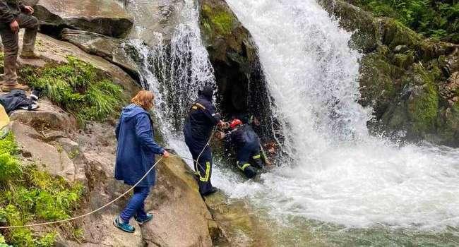 Трагедия во Львовской области: подросток во время экскурсии упал в водопад и погиб