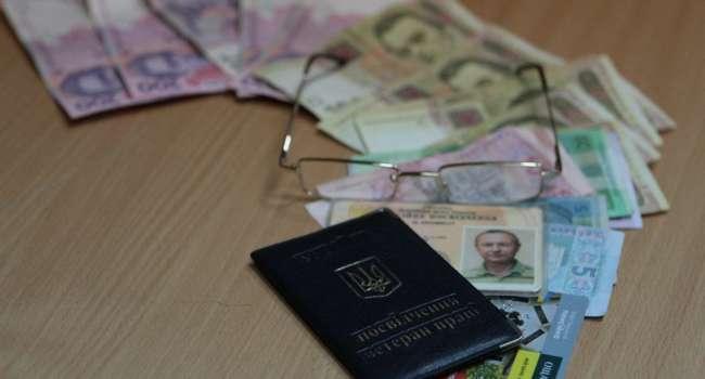 Кабмин отложил переход выплаты пенсий банковские карты