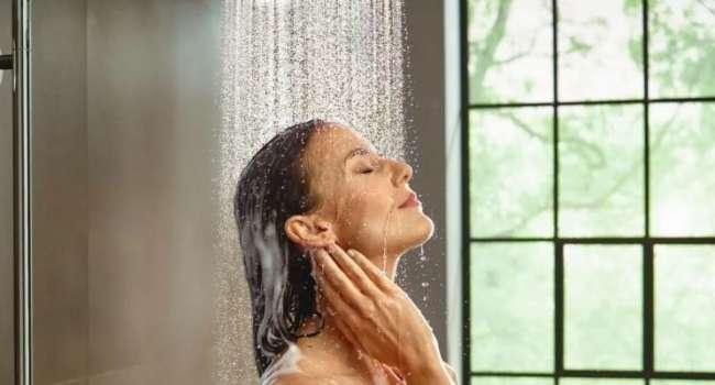 «Быстро ополоснуться и вытереться»: терапевт объяснил, почему опасно принимать холодный душ