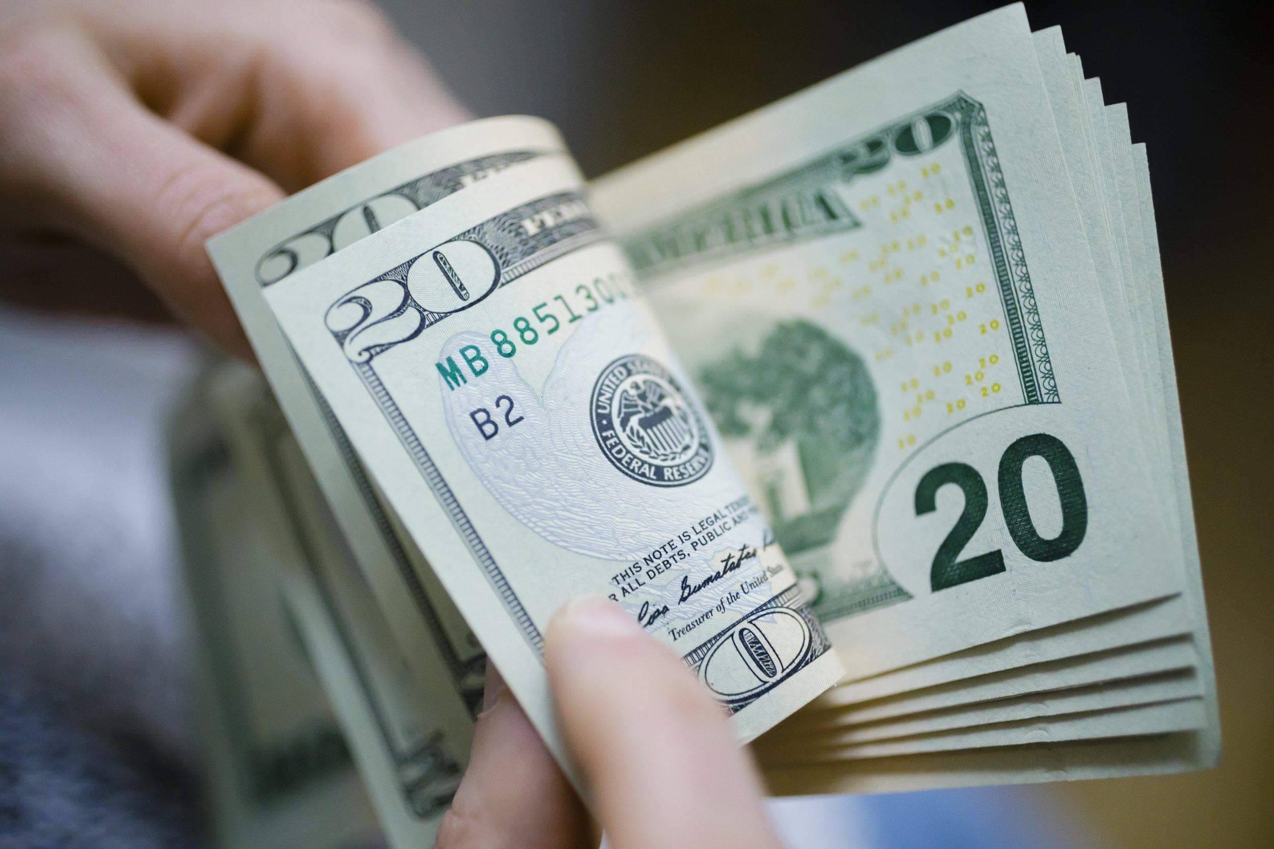 На межбанке курс доллара достиг отметки 27 гривен